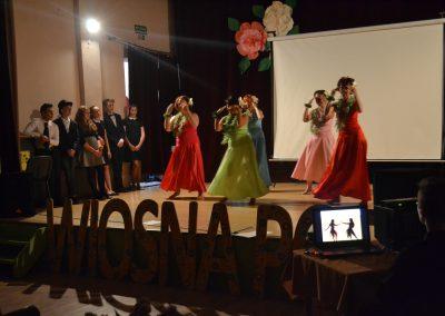 III edycja Reskiej Wiosny Poezji-występ zespołu Duża Etna pod kierunkiem Justyny Kozłowskiej na scenie w C. K.