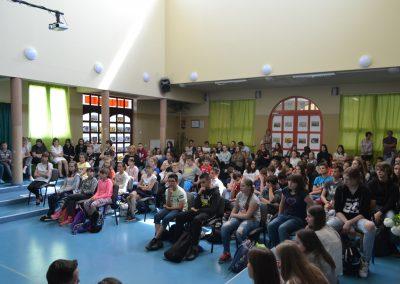 Młodzież zasłuchana w poezję