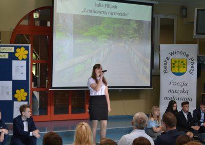 Reska Wiosna Poezji-występ na szkolnej scenie Julia Filipek