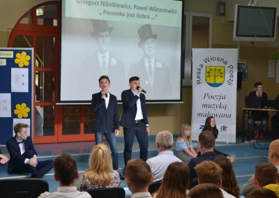 Reska Wiosna Poezji-występ na szkolnej scenie P. Wiktorowicz, G. Niźnikiewicz